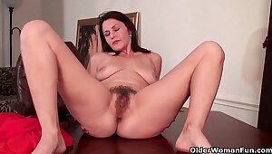 Grown up milf gives her hairy pussy a workout